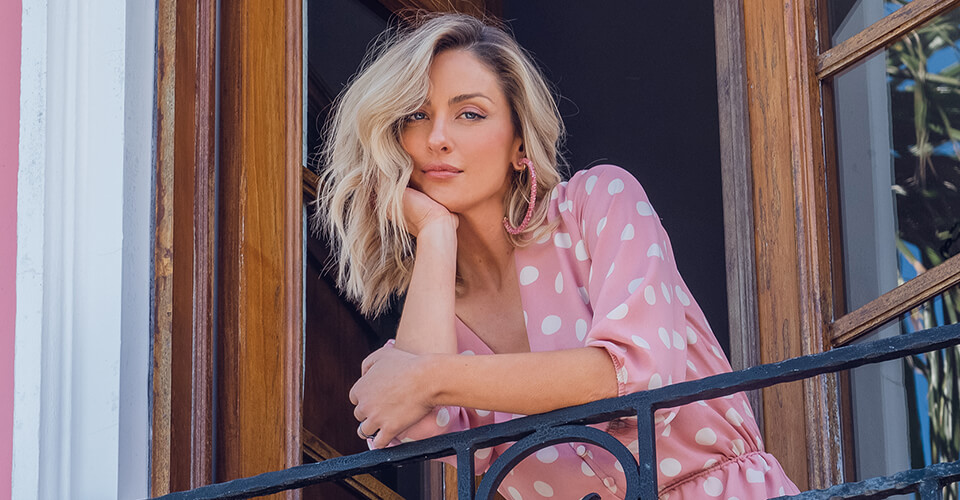 A ENTS Encantos foi criada por uma mulher sensacional chamada, Bernadete que tinha como sonho vestir mulheres, que como ela, amava a moda.